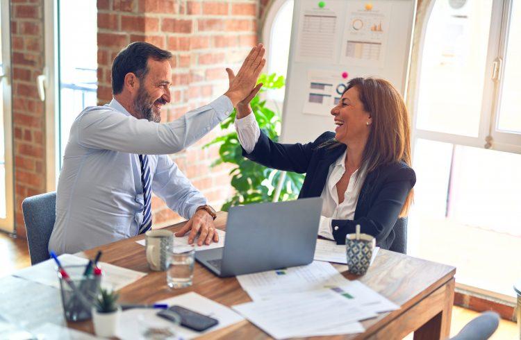 Hej alle sammen! Glædelig mandag. I dag skal vi tale om noget, som jeg synes er rigtig vigtigt i dagens arbejdsmiljø. Det skal nemlig handle om teambuilding, samt hvad det kan gøre for din hverdag på kontoret. Læs med.